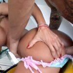Karanje u Bulju Sa Latino Ženskom